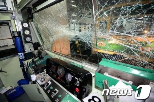 Theo Yonhap, tàu điện ngầm đi từ ga Sang Hwang Sim-ri theo hướng Jamsil lúc 15h27 hôm nay đâm vào chiếc tàu điện phía trước. Tàu đi trước xảy ra sự cố và dừng lại, khiến tàu chạy phía sau đâm vào phần sau của tàu trước.