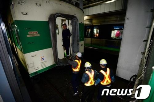 Cơ quan điều tra cũng cho biết các nhân viên điều khiển tàu đã ra khỏi tàu sau cùng sau khi hành khách đã ra khỏi tàu hết.