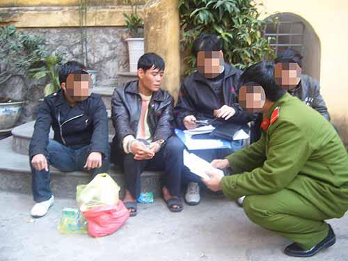 Dư Kim Dũng (Dũng tình, ngồi giữa bị còng tay) lúc bị bắt