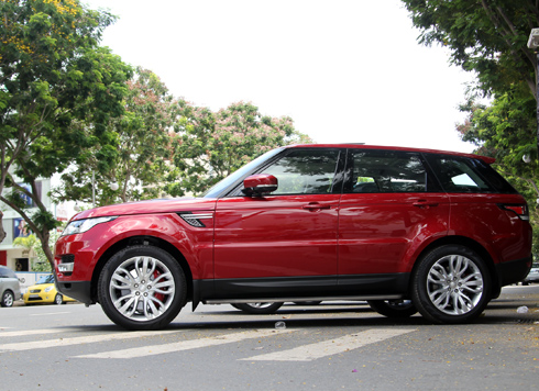 Phiên bản Range Rover Sport được phân phối tại VIệt Nam với động cơ tăng áp V6 3.0L và V8 5.0L.