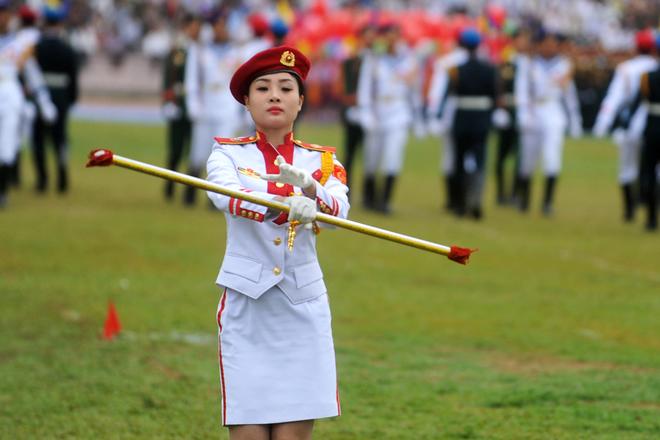 Thành viên đội nghi lễ thực hiện động tác biểu diễn trong tiếng quân nhạc.