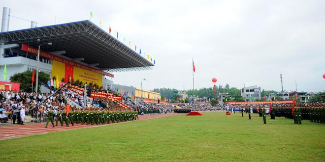 Sân vận động TP Điện Biên Phủ - nơi diễn ra đại lễ kỷ niệm 60 năm chiến thắng Điện Biên Phủ - được trang hoàng cờ hoa, và hình ảnh Đại tướng Võ Nguyên Giáp sáng 7/5.