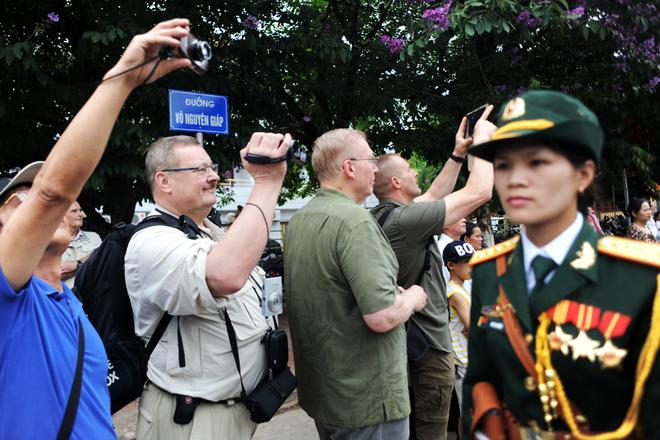 Bà Nguyễn Thị Thanh từ Ba Vì (Hà Nội) cầm tấm ảnh đại tướng Võ Nguyên Giáp lên Điện Biên dự lễ  Du khách nước ngoài cũng thích thú ghi lại khoảnh khắc nhiều năm mới có một lần