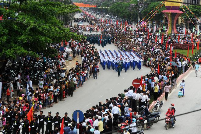 Người dân đứng chật kín hai bên xem đoàn duyệt binh suốt đoạn đường dài hơn 5km