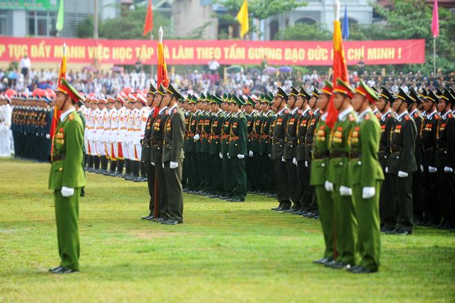 Các lực lượng vũ trang nhân dân trang trọng làm lễ chào cờ