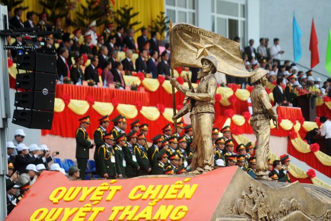 Biểu tượng chiến thắng Điên Biên Phủ được rước qua lễ đài, mở đầu màn diễu binh.