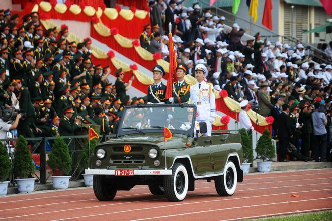 Xe tiêu binh quân đội tiến qua lễ đài.