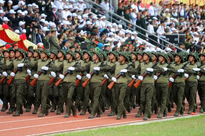 Hình ảnh các chiến sĩ Điện Biên anh hùng năm xưa với áo trấn thủ - mũ lướiđược tái hiện lại