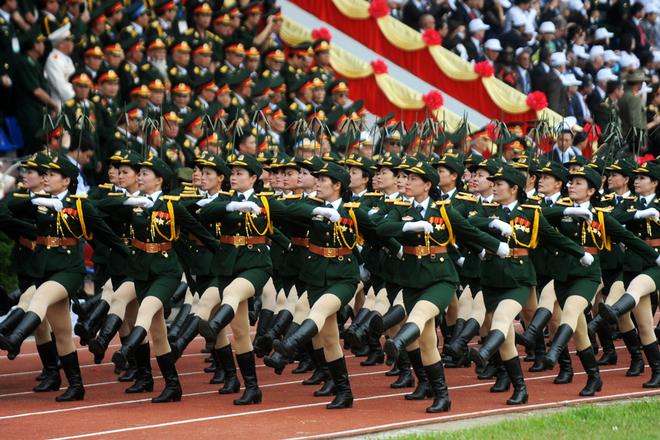 Khối nữ sĩ chiến sĩ thông tin dậm bước mạnh mẽ theo nhịp nhạc