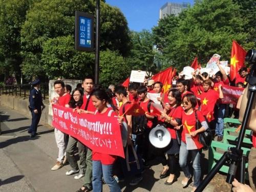ào lúc 3h chiều (giờ địa phương) hôm nay, khoảng 500 người Việt đang sinh sống và làm việc tại Nhật Bản tổ chức cuộc biểu tình phản đối việc Trung Quốc đặt dàn khoan DH-981 tại vùng biển thuộc đặc quyền kinh tế, thềm lục địa Việt Nam.
