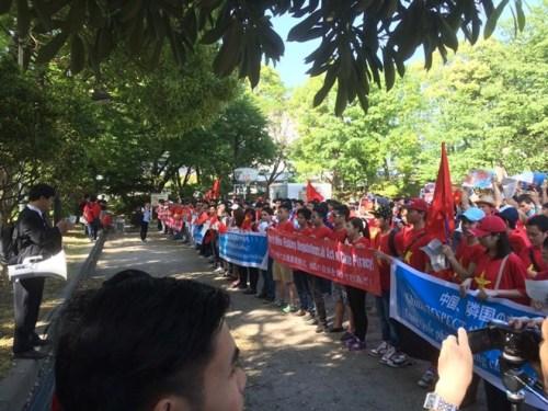 Đoàn tuần hành giơ cao các biểu ngữ và hô vang khẩu hiệu Trung Quốc phải tôn trọng chủ quyền của Việt Nam!, Hãy rút khỏi Hoàng Sa!, Trung Quốc phải tuân thủ luật pháp quốc tế& Những khẩu hiệu này còn được dịch sang tiếng Anh và tiếng Nhật.