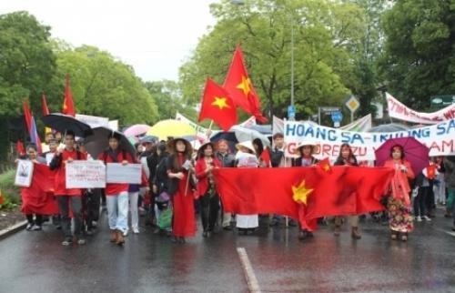 Trước đó, hàng trăm người Việt tại Đức cũng tổ chức tuần hành trước Tổng Lãnh sự quán Trung Quốc tại thành phố Frankfurt hôm qua.