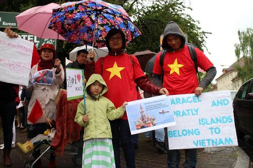 Họ đem theo nhiều biểu ngữ, băng rôn bằng tiếng Anh, tiếng Đức và tiếng Việt. Một số trẻ em cũng tham gia sự kiện này.