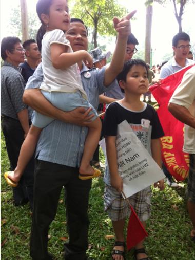 Bé Nghiêm Minh Trị đi cùng gia đình đến phản đối Trung Quốc. Ảnh: Hoàng Thùy.