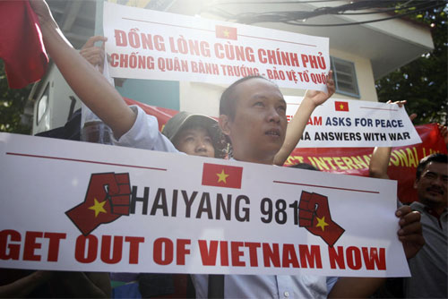 Người biểu tình phản đối trước Tổng lãnh sự quán Trung Quốc tại TPHCM. Ảnh: AP