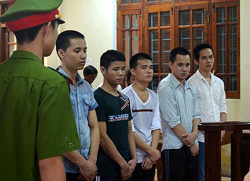 Các bị cáo tại phiên tòa (hàng trước). Ảnh: Quang Hà