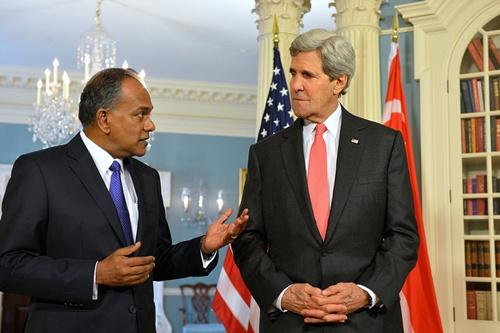 Ngoại trưởng Singapore K. Shanmugam và người đồng cấp Mỹ John Kerry hôm qua trò chuyện tại Washington, Mỹ. Ảnh: Flickr