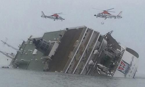 Trực thăng cứu hộ bay trên phà Sewol. Ảnh: Reuters