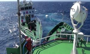 Hàng chục tàu phong tỏa giàn khoan 981