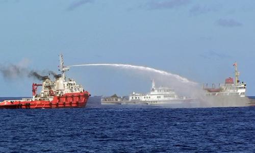 Trung Quốc điều tàu và máy bay cản trở lực lượng cảnh sát biển Việt Nam thực thi nhiệm vụ bảo vệ chủ quyền. Ảnh: Reuters