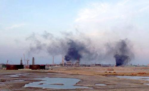 Một số người quá khích đã kích động công nhân biêu tình và đốt nhà máy ở khu công nghiệp Vũng Áng vào chiều tối qua. Công an Hà Tĩnh đã bắt hàng chục người để điều tra làm rõ về tội gây rối trật tự, đập phá tài sản: Ảnh: Nguyễn Sơn