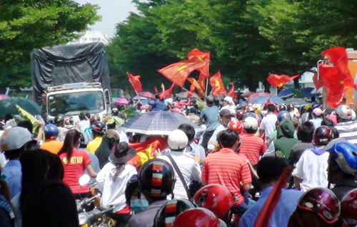 Công nhân được phát tiền để dụ dỗ đi biểu tình Bd2-8477-1400228497