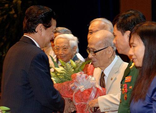Thủ tướng Nguyễn Tấn Dũng chúc mừng các nhà khoa học. Ảnh: VGP/Nhật Bắc