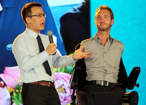 Nick Vujicic hài hước với hàng nghìn người Sài Gòn