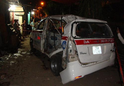 Chiếc xe taxi bị biến dạng sau khi bị đoàn tàu đâm phải. 9 người trong xe gặp nạn, trong đó có một người tử vong.Ảnh: Phương Sơn