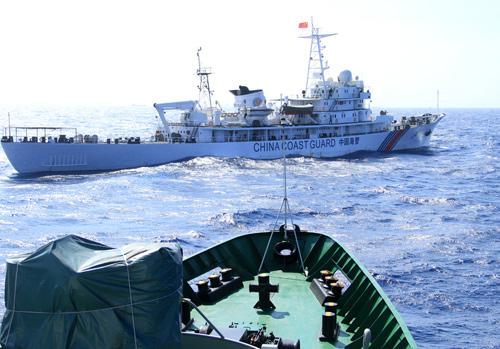 Tàu Trung Quốc thường xuyên chặn mũi tàu của cảnh sát biển Việt Nam khi thực hiện nhiệm vụ. Ảnh: Nguyễn Đông.