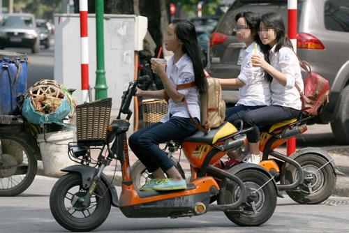 Theo nghị định 71, xe máy điện là loại không có bàn đạp và có tốc độ trên 50km/h và phải chịu sự quản lý giống như xe cơ giới khác, tuy nhiên hiện nay việc xử lý gần như bị bỏ ngỏ, nhiều học sinh cấp hai, cấp 3 sử dụng phương tiện này phổ biển và vi phạm luật giao thông nhưng không bị xử lý.Ảnh: Bá Đô