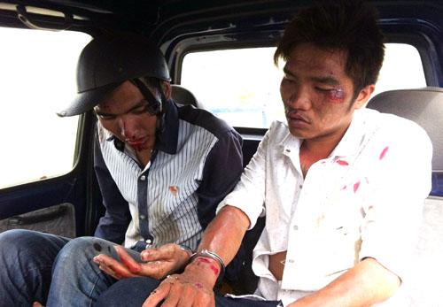 Hai tên trộm là anh em ruột được dẫn giải về công an xã. Ảnh: An Nhơn