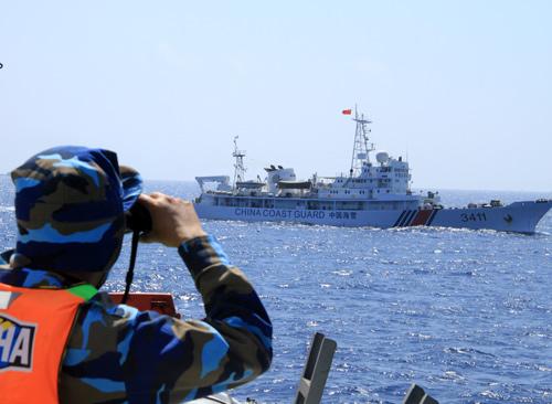 Hai tàu Trung Quốc tự phun nước vào nhau