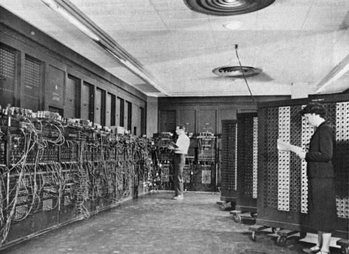 """Chiếc máy tính đầu tiên của thế giới...rất """"khủng"""". Phải mất rất nhiều người và trăm ngàn chiếc bóng đèn cũng như các sợi cáp để có thể vận hành được nó."""