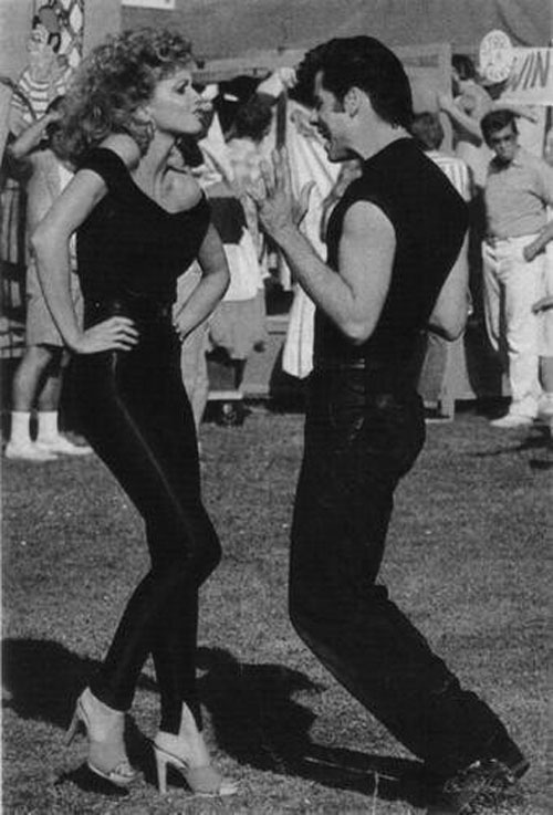 """John Travolta và và Olivia Newton John (ca sĩ) đóng chung trong bộ phim ca nhạc kinh điển """"GREASE"""". John Travolta là một tài tử Mỹ, vũ công và ca sĩ. Anh chàng cằm chẻ được biết đến là một diễn viên gạo cội với những bộ phim hành động và tâm lý gay cấn."""