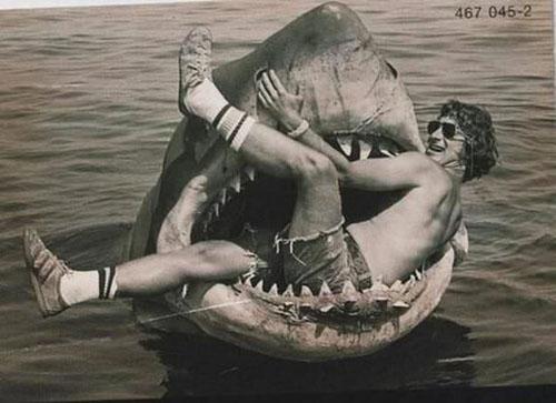 Steven Spielberg (đạo diễn nổi tiếng được nhiều giải Oscar) nằm trọn trong hàm cá mập trong lần quay phim JAWS.