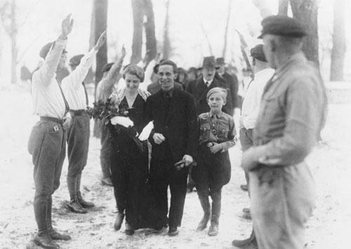 Hitler trong đám cưới củaJoseph GoebbelsvàMagda Goebbels(đứng phía sau)