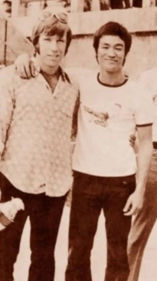Chuck Norrisvà Lý Tiểu Long, diễn viên đóng phim hành động nổi tiếng nhất nước Mỹ cùng thiên tài võ thuật châu Á.