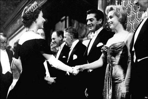 Marilyn Monroe gặp mặt nữ hoàng Elizabeth II năm 1956. Nữ diễn viên xinh đẹp luôn rực rỡ và tỏa sáng ở mọi sự kiện cô xuất hiện với vẻ đẹp quyến rũ và thanh tao, không kém cạnh bất kỳ thành viên hoàng gia nào.