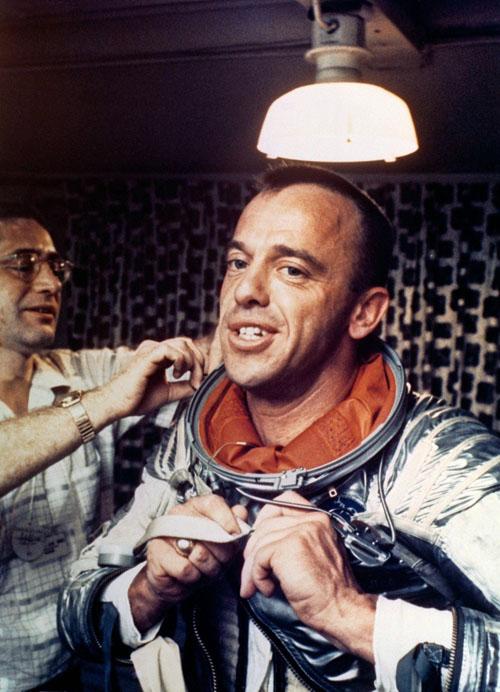 Alan Shepard - người Mỹ đầu tiên bay vào vũ trụ đang mặc đồ bảo hộ cho phi hành gia.