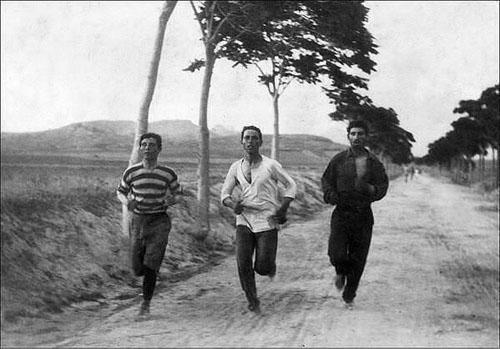 Các vận động viên Marathon trong cuộc thi Olympic đầu tiên được tổ chức tại Athens, Hy Lạp năm 1896.