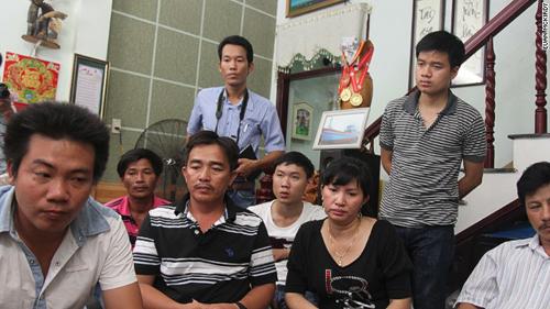 Thuyền trưởng Đặng Văn Nhân (thứ hai từ trái sang), chủ tàu Huỳnh Thị Như Hoa và các ngư dân của tàuDNa 90152TS sau khi trở về Đà Nẵng hôm 31/5. Ảnh: