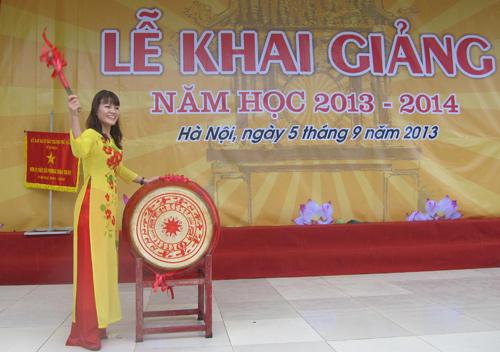 Cô Nguyễn Thị Nhiếp trong buổi lễ khai giảng năm học 2013-2014.