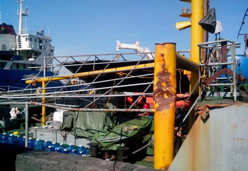 ghi chú tại ảnh: Ngày 03.5.2014 tàu 795 bị tàu Trung Quốc đâm 6 lần và hư hỏng hai bên mạn tàu và trục máy tiếp tục đấu trang 30 ngày trên biển mới vào bờ sửa chữa
