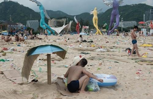 Khoảng 48.000 người ngủ qua đêm tại bãi biển hôm 1/6. Ảnh: