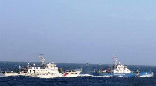 Tàu Hải cảnh Trung Quốc bám sát, hú còi, sẵn sàng đâm va tàu Cảnh sát biển 4032. Ảnh do Cảnh sát biển cung cấp.