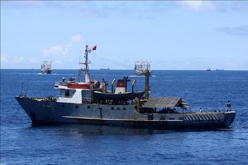 Các tàu cá Trung Quốc lao ra chèn ép, ngăn cản tàu cá của ngư dân ta, không cho hoạt động trên ngư trường truyền thống. Ảnh: Canhsatsbien.vn
