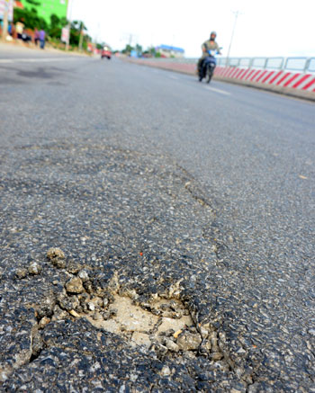Ba cán bộ thi công quốc lộ 18 bị cách chức