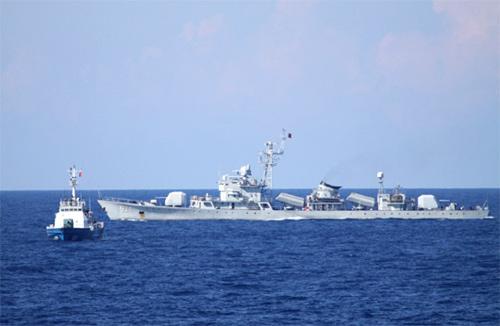 Ba mũi tàu chiến quanh giàn khoan Trung Quốc