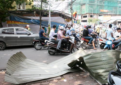 Mái tôn trước cửa quán bắn văng ra giữa đường.Ảnh: Phương Sơn